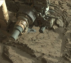 Curiosity Mastcam Left image taken on Sol 1200, December 22, 2015. Note view of the arm in the position where a fault occurred. The dump pile is visible just beyond the arm. Credit: NASA/JPL-Caltech/MSSS